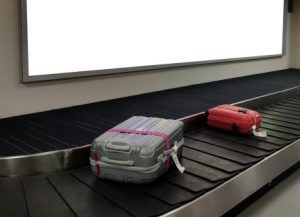 How to Use a Luggage Strap While Traveling